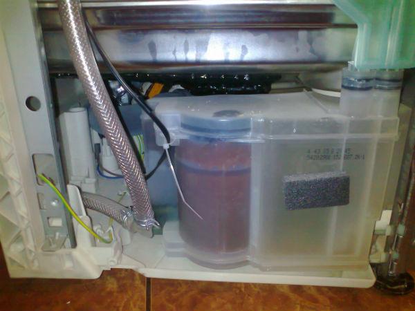 При хранении посудомоечной машины в холодном помещении есть риск переморозить солевой бачок