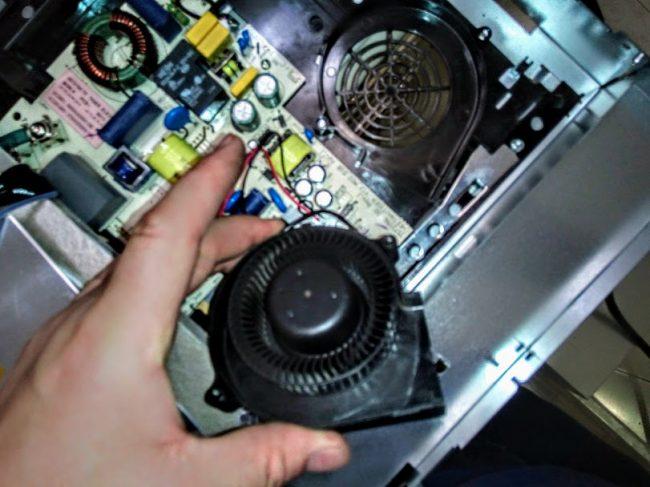 Шумит не крутит кулер вентилятор плиты Electrolux